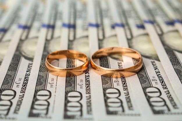 Anillos de boda en una cantidad de billetes