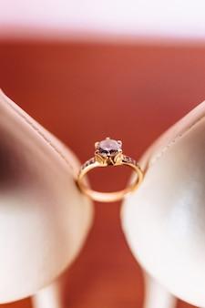 Anillos de boda, celebraciones de bodas y accesorios y decoraciones.
