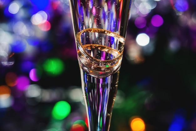 Anillos de boda en copa de champán