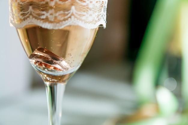 Anillos de boda en una copa de champán