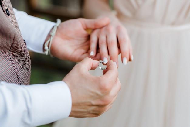 Anillos de boda con decoración nupcial