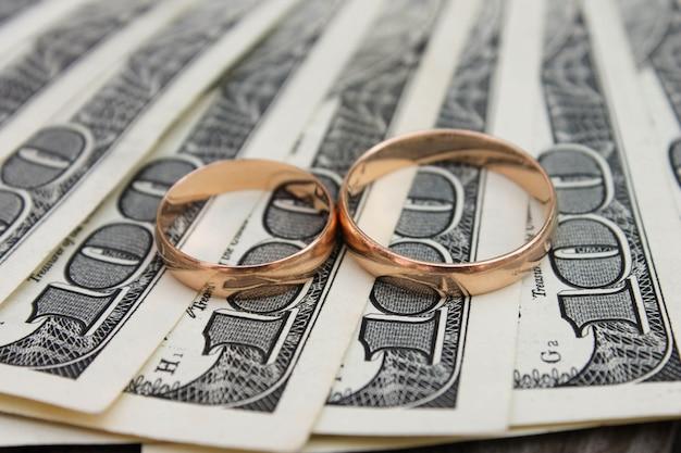 Anillos de boda en dinero