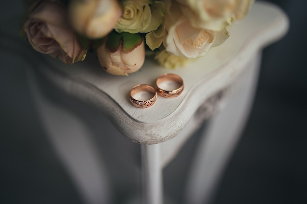 Anillos de boda con flores sobre la mesa. foto de alta calidad