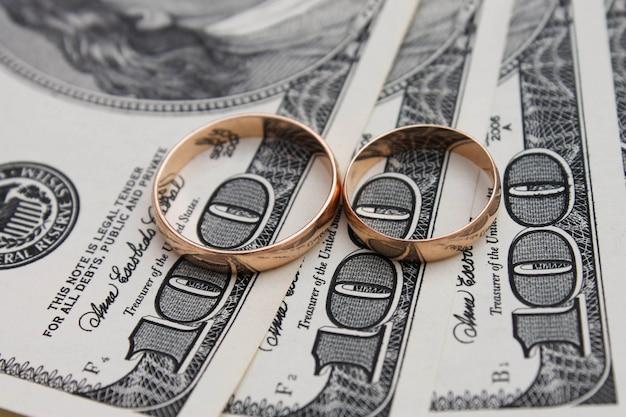 Anillos de boda en el fondo de dinero