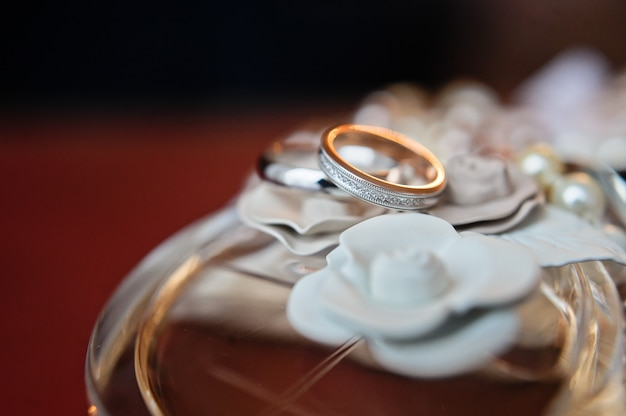 Anillos de boda de lujo con diamantes en flores.