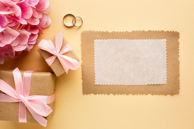 Anillos de boda y papel vacío