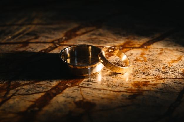Anillos de boda par en textura de mármol antiguo