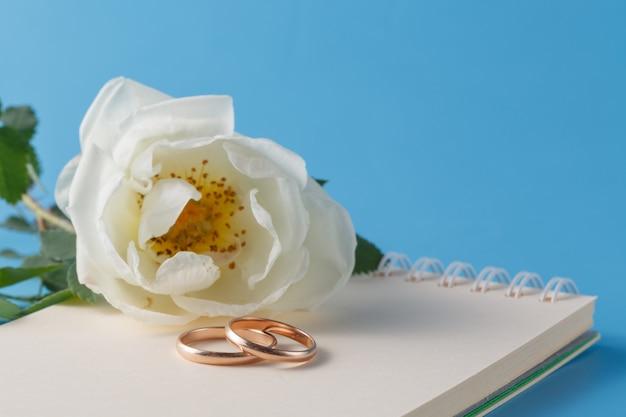 Anillos de boda y rosa salvaje