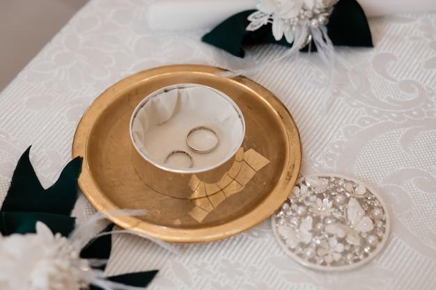 Los anillos de boda yacen en el ataúd