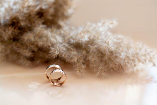 Anillos de bodas de oro en la pared de mármol. se casó compromiso.