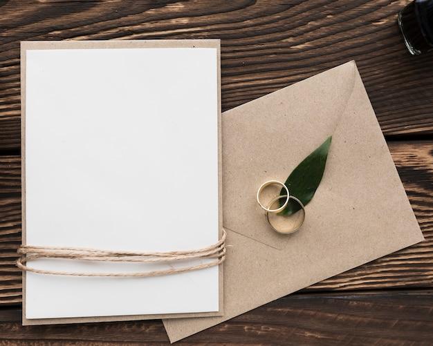 Anillos de compromiso y tarjeta de invitación