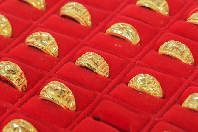 Anillos de oro en oro showcase.