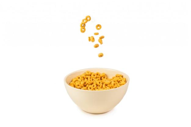 Anillos de miel cereal en un tazón blanco