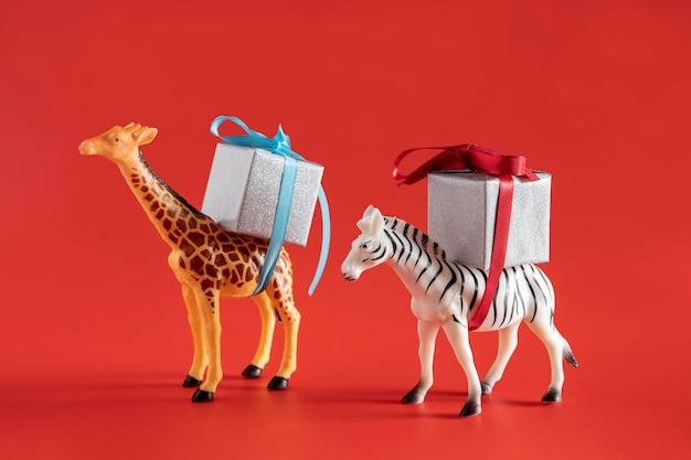Animales juguetes que llevan cajas presentes.
