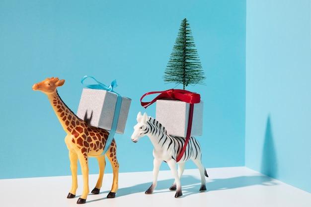 Animales con regalos y abeto.