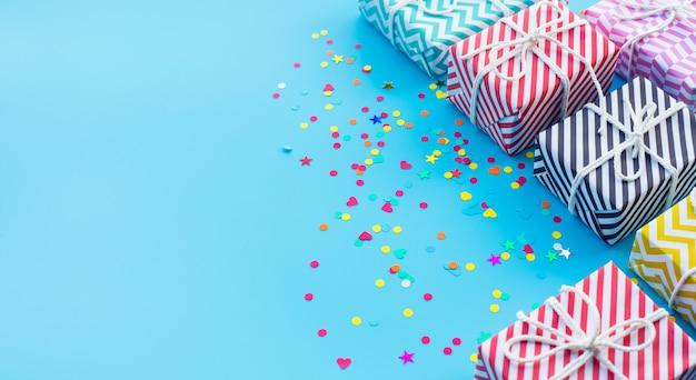 Aniversario de celebración y fiesta con caja de regalo colorida