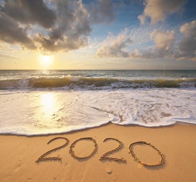Año 2020 en la orilla del mar. elemento de diseño.