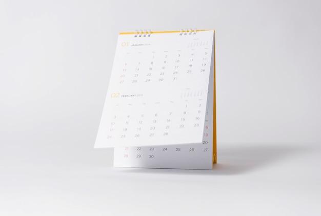 Año calendario espiral de papel 2019 sobre fondo gris.