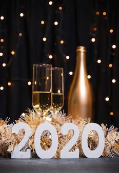 Año nuevo 2020 con botella de champagne