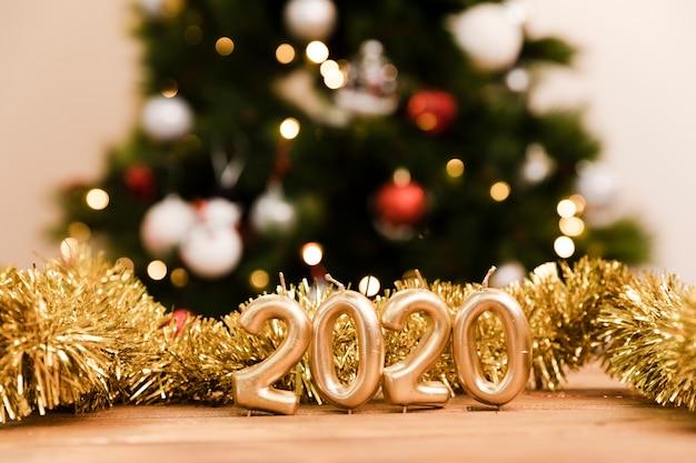 Año nuevo 2020 muestra de oro en la mesa