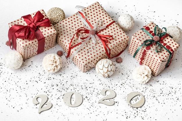 Año nuevo 2020 pared festiva blanca con regalo.