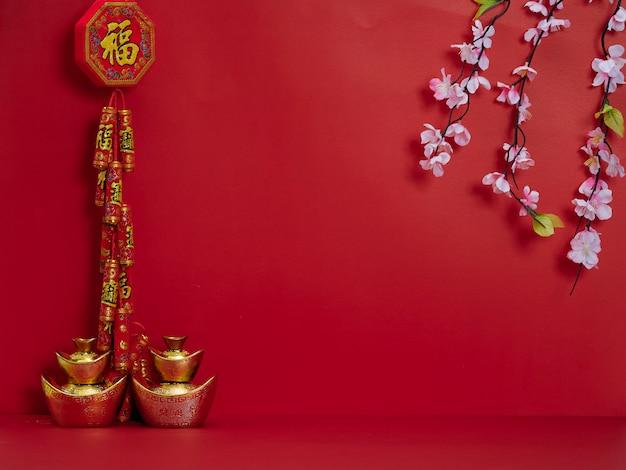 Año nuevo chino. flores y lingotes de oro chino