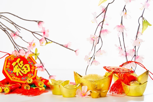 Año nuevo chino fondo 2019 lingote de oro tradicional y ciruelo