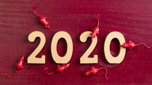 Año nuevo chino rata figuritas sobre fondo rojo.