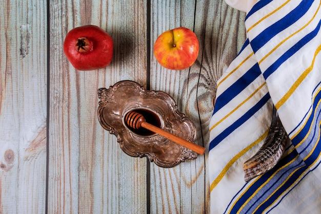 Un año nuevo judío con miel para la fiesta de la manzana y la granada de iom kipur y rosh hashaná