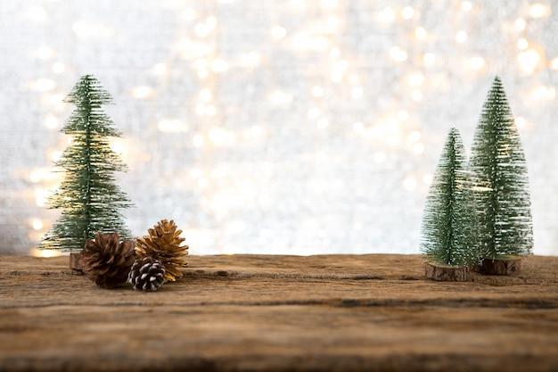 El año nuevo navideño con el regalo presente de fondo de pino celebra el tiempo de feliz ocasión especial