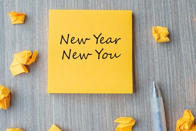 Año nuevo nuevo usted palabra en nota amarilla