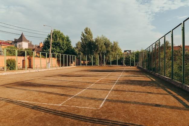 Antecedentes. antigua cancha de tenis abandonada al atardecer