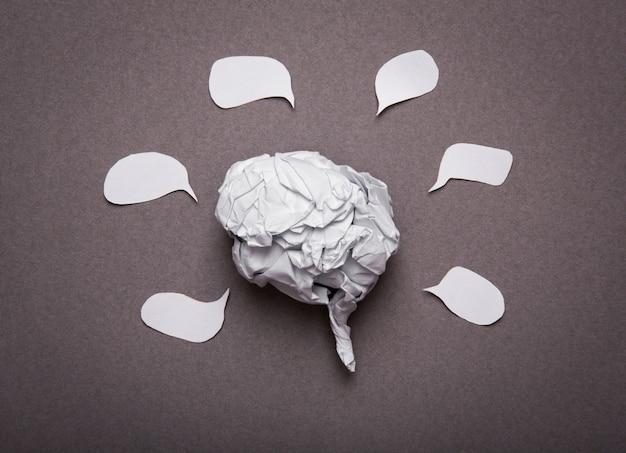Antecedentes médicos, forma del cerebro de papel arrugada con el espacio de la copia f