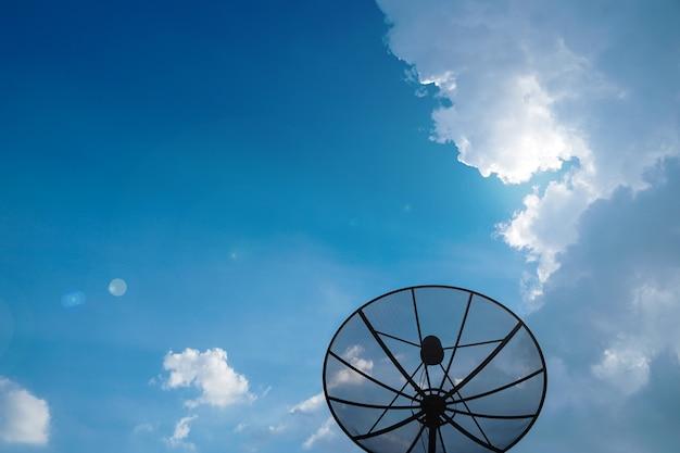 Antena parabólica en el fondo del cielo