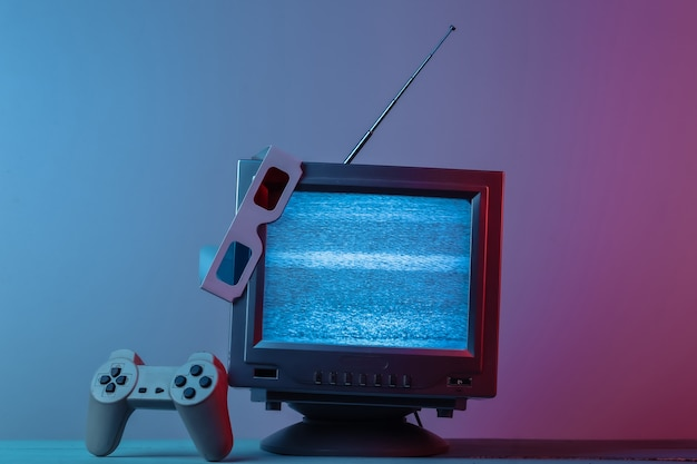 Antena receptor de tv antiguo con gamepad de gafas estéreo anaglifo en rosa azul degradado luz de neón retro media entertainment 80s retro wave