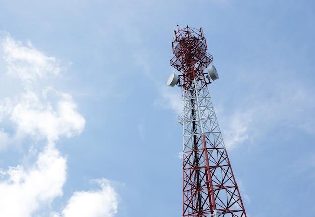 Antena de telecomunicaciones para la radio, televisión y teléfono con nubes y cielo azul