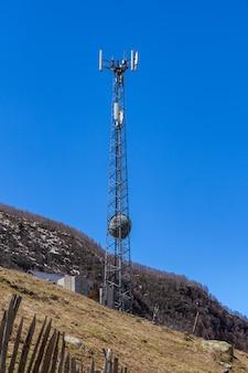 Antena de teléfono, cielo azul y nubes blancas en ushguli, svaneti, georgia