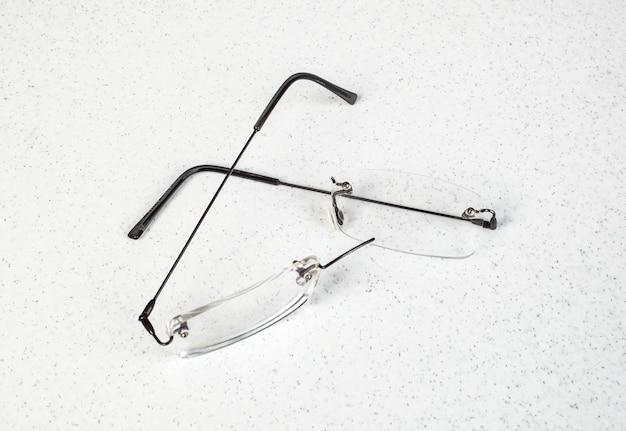 Anteojos con marco ligero roto