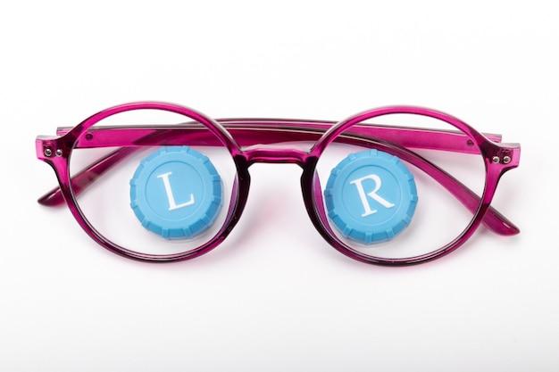 Anteojos modernos con lentes de contacto