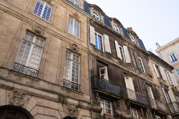 Antes y después de la fachada y una sucia en el centro de la ciudad.