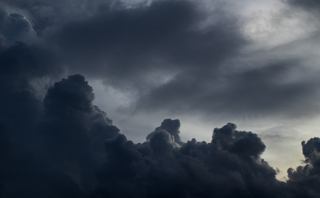 Antes de fuertes lluvias. en el cielo está cubierto por las nubes.