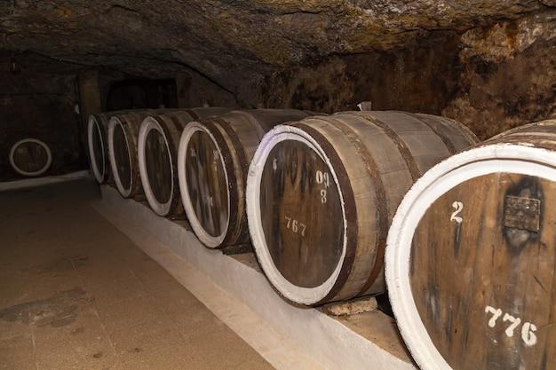 Una antigua bodega con barricas de roble, barricas para vino en bodegas antiguas