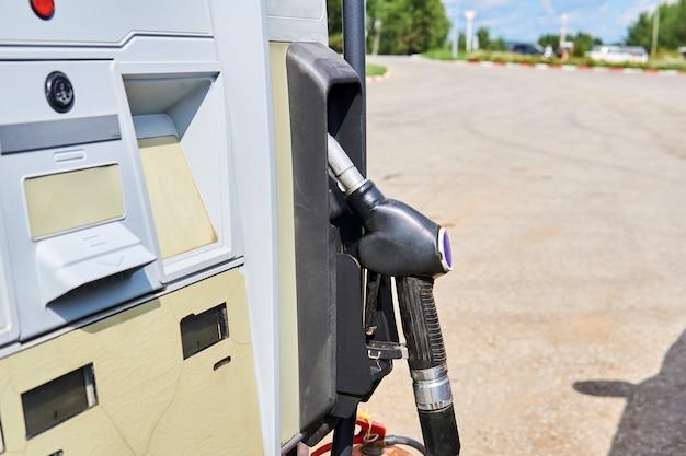 Antigua boquilla de reabastecimiento de combustible en una ranura del dispensador en algún lugar de una gasolinera en la carretera