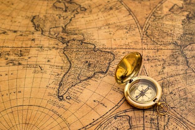 Antigua brújula en mapa vintage