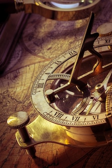 Antigua brújula sobre mapa antiguo