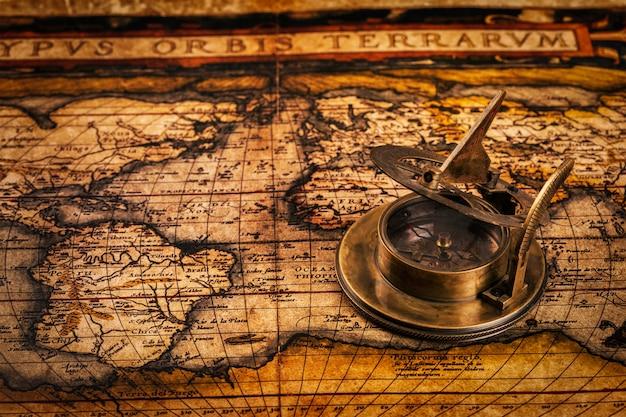 Antigua brújula vintage en mapa antiguo
