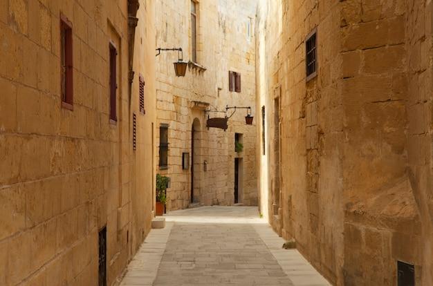 Antigua calle estrecha de la ciudad europea