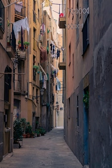 Antigua callejuela en el barrio gótico. barcelona, españa. español elegante casco antiguo callejón urbano.
