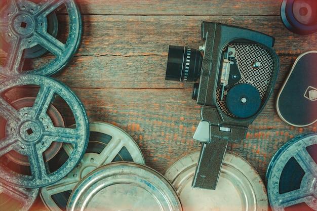 Antigua cámara de cine y rollo de película