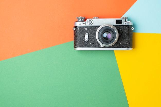 Antigua cámara de cine sobre un fondo de color, concepto de representación de color